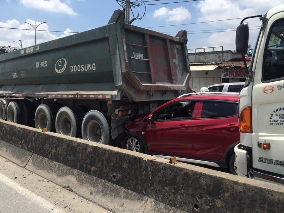 Hiện trường vụ tai nạn VinFast Fadil bị kẹp chả giữa xe ben và xe tải trên quốc lộ 1K