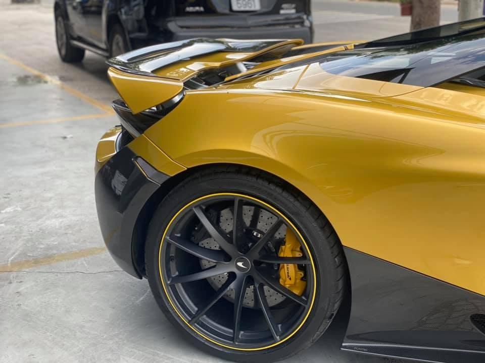 Chiếc siêu xe mui trần McLaren 720S Spider này đang chờ bộ mâm carbon