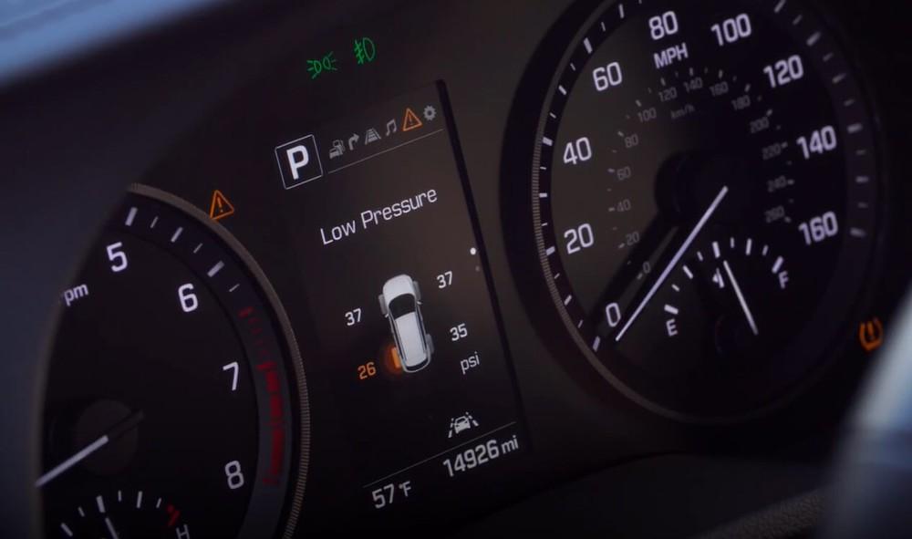 Với những chiếc xe được lắp đặt sẵn cảm biến áp suất lốp, hệ thống sẽ báo đèn cảnh báo trên bảng đồng hồ khi một hay nhiều lốp xe có áp suất không đạt chuẩn.