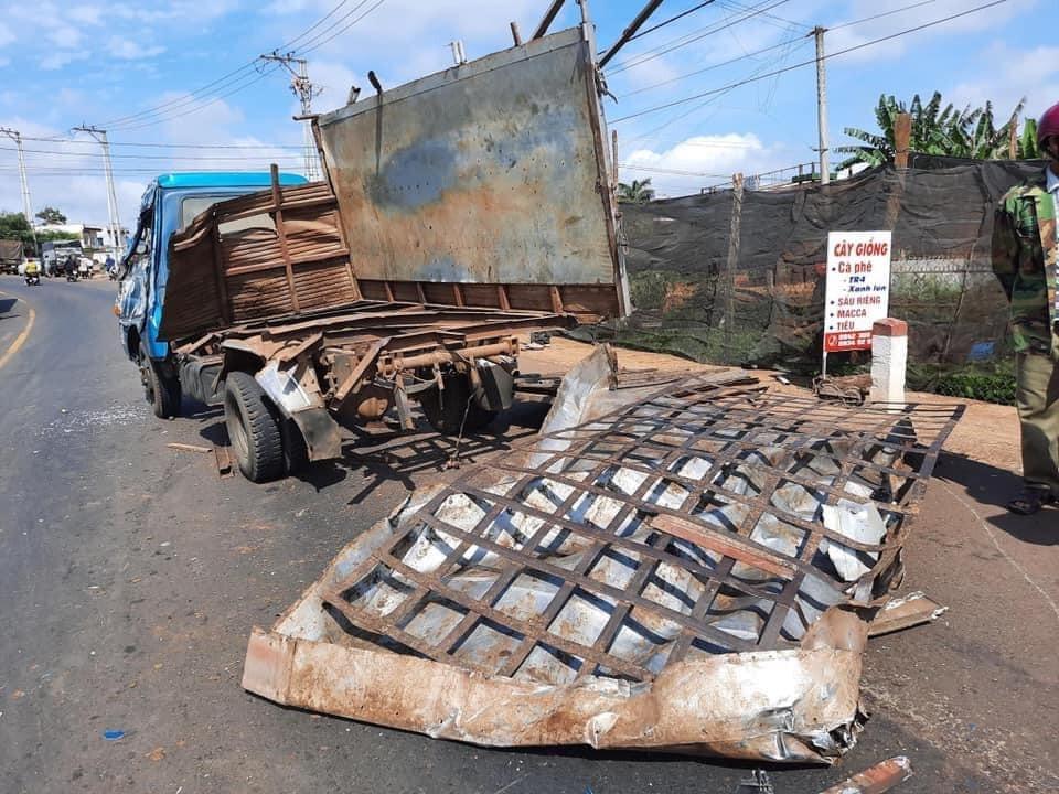 Chiếc ô tô tải còn lại cũng bị biến dạng sau vụ tai nạn liên hoàn