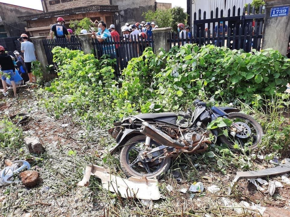 Chiếc xe máy nằm đổ bên lề đường và vỡ nát
