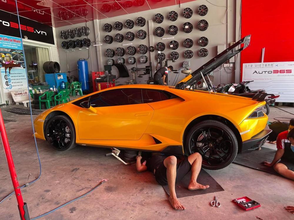 Thợ Việt chui vào gầm tìm số khung và số máy của siêu xe Lamborghini Huracan