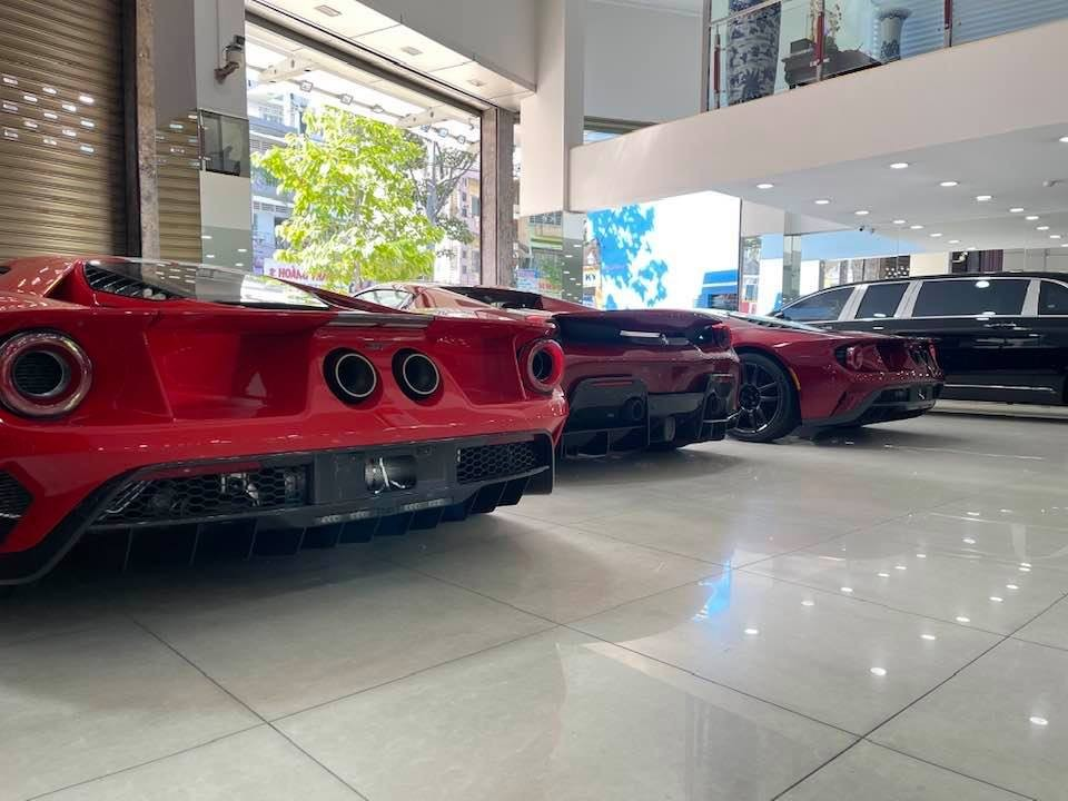 Hình ảnh cặp đôi siêu xe Ford GT đỗ gần nhau và bị ngăn cách bởi siêu xe mui trần Ferrari 488 Pista Spider màu đỏ sẫm