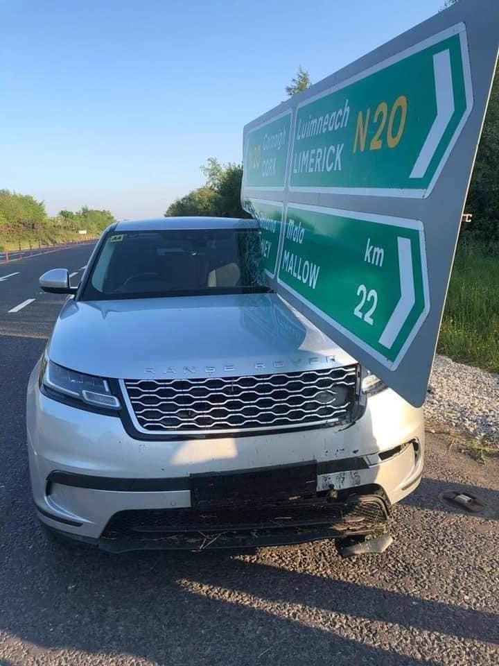 Biển báo giao thông xẻ đôi kính lái của chiếc Range Rover Velar
