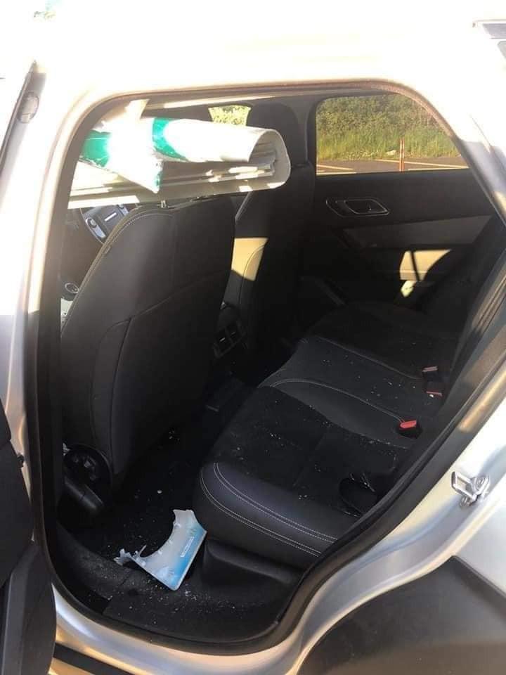 Biển báo giao thông còn xuyên vào bên trong chiếc SUV hạng sang