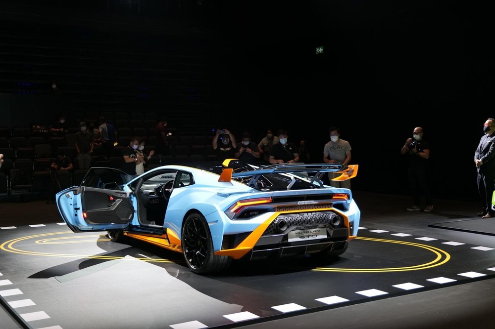 Lamborghini Huracan STO có giá thách cưới gần 17 tỷ đồng tại Hương Cảng, rẻ hơn rất nhiều so với giá bán trên 30 tỷ đồng của Lamborghini Huracan STO ở trong nước