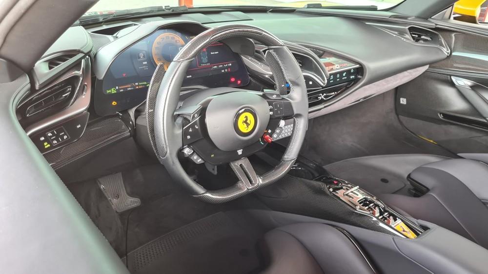 Khoang lái Ferrari SF90 Spider