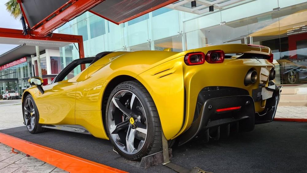 Đây là chiếc siêu xe Ferrari SF90 Spider tạm nhập tái xuất