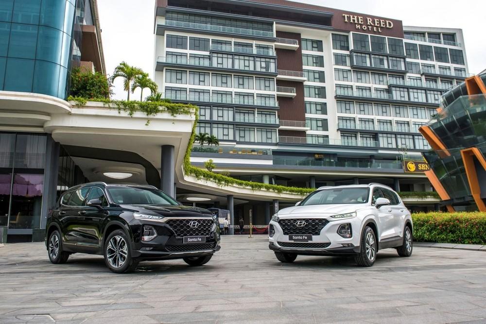 Những chiếc Hyundai Santa Fe đời cũ vẫn đang có chương trình khuyến mãi khủng tại đại lý.