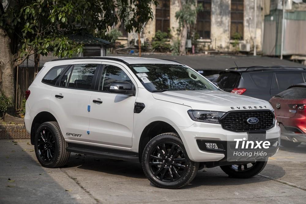 Ford Everest hiện đang được phân phối với 3 phiên bản cùng giá bán lẻ đề xuất khởi điểm từ 1,112 tỷ và cao nhất lên tới 1,399 tỷ đồng.