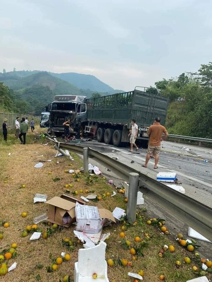 Chiếc xe đầu kéo và xe tải hư hỏng nặng sau khi tông nhau