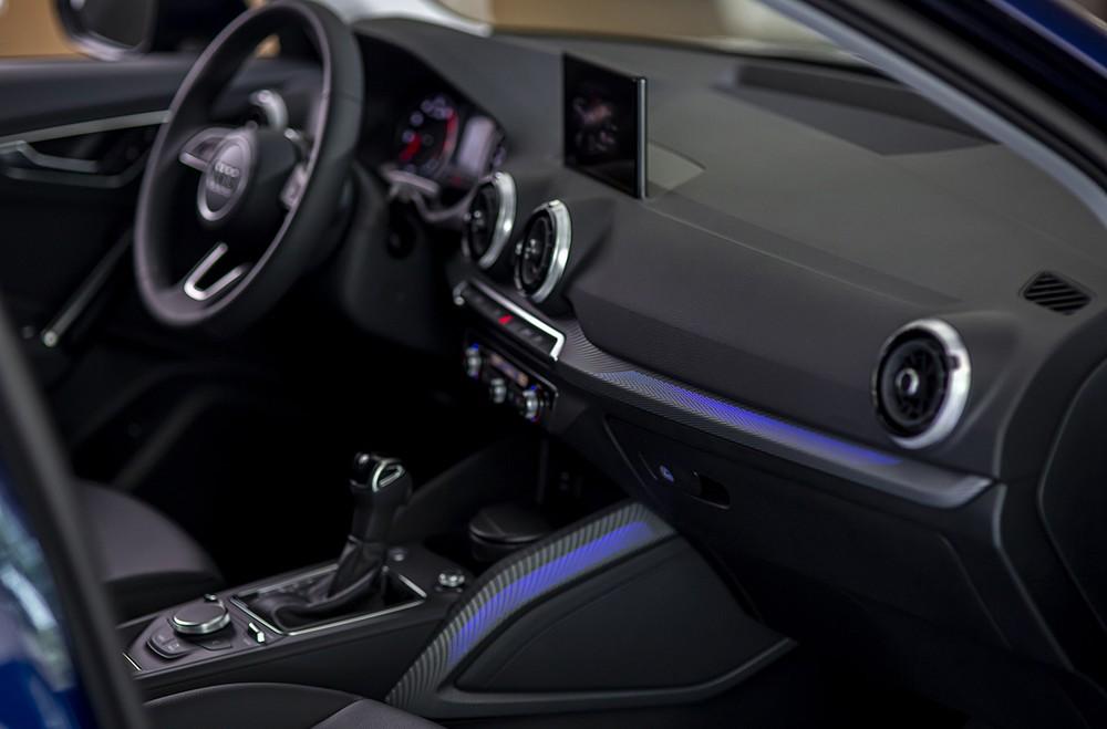 Thiết kế liền mạch cùng đèn LED nội thất là điểm nhấn của Audi Q2 2021.