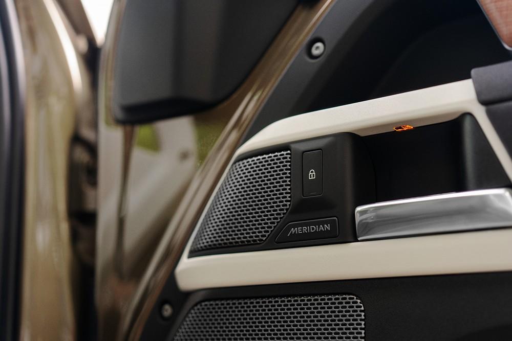 Một số hình ảnh hé lộ cho thấy Land Rover Defender 90 sẽ được trang bị dàn âm thanh cao cấp Meridian.