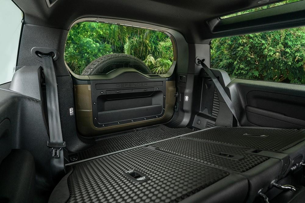 Với thiết kế 3 cửa và số chỗ ngồi linh hoạt, Land Rover Defender 90 sẽ mang đến cảm giác mới lạ cho người dùng.