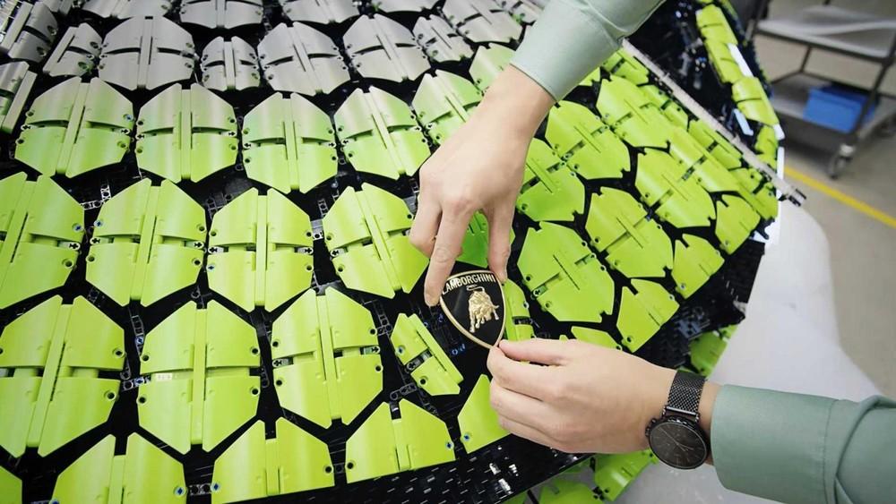 Một đội ngũ 15 người đã mất hàng nghìn giờ lao động để hoàn thiện Lego Sián 1:1
