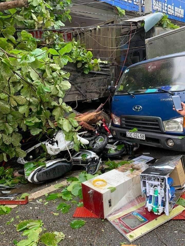 Những chiếc xe máy bị chiếc xe đầu kéo tông trúng