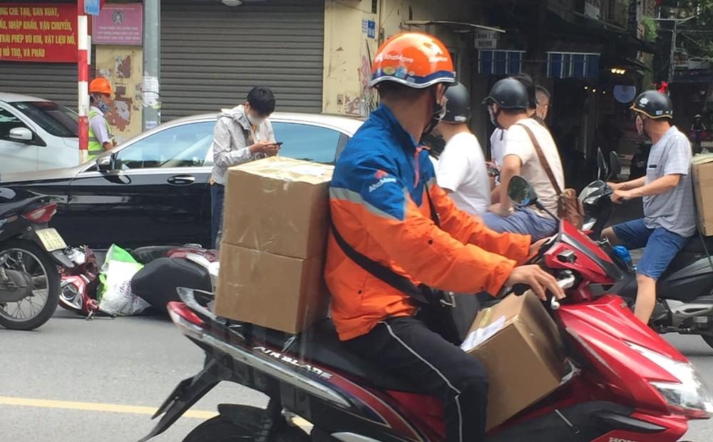 Hiện trường vụ va chạm giữa xe máy và xe siêu sang Mercedes-Maybach S-Class vào chiều này tại phố Thái Hà.