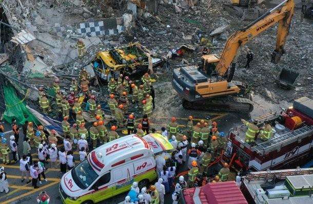 Lực lượng cứu hộ tìm kiếm người bị nạn