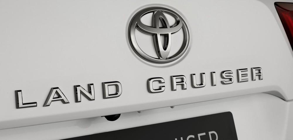 Tem chữ nổi Land Cruiser bên dưới logo Toyota