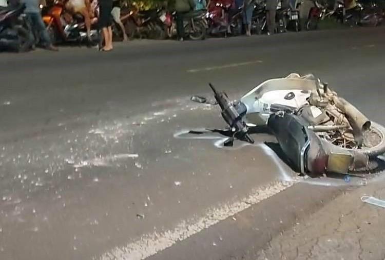 Chiếc xe máy của người đàn ông sang đường nằm đổ tại hiện trường