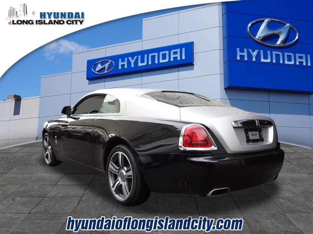 Chiếc Rolls-Royce Wraith được sơn phối 2 màu đen và bạc