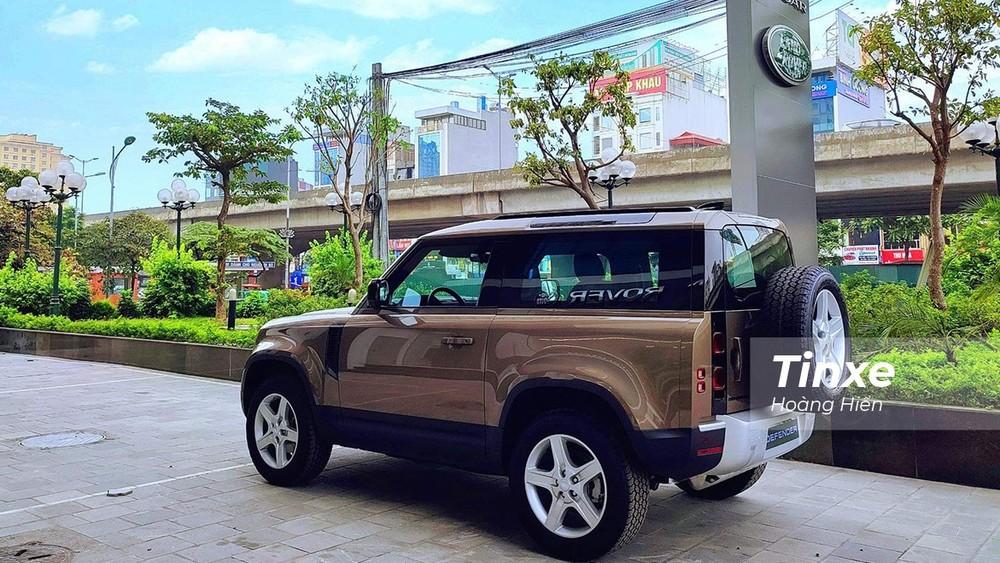 Chiếc xe Land Rover Defender 90 phiên bản SE xuất hiện tại Hà Nội.