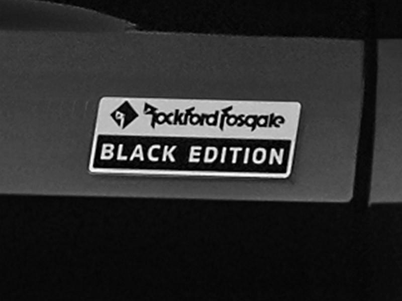 Logo Rockford Fosgate Black Edition ở cửa cốp