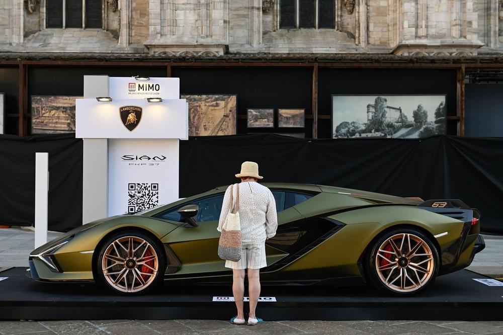 Một vị khách đứng xem chiếc siêu xe Lamborghini Sian trong triển lãm Ô tô Milano Monza 2021