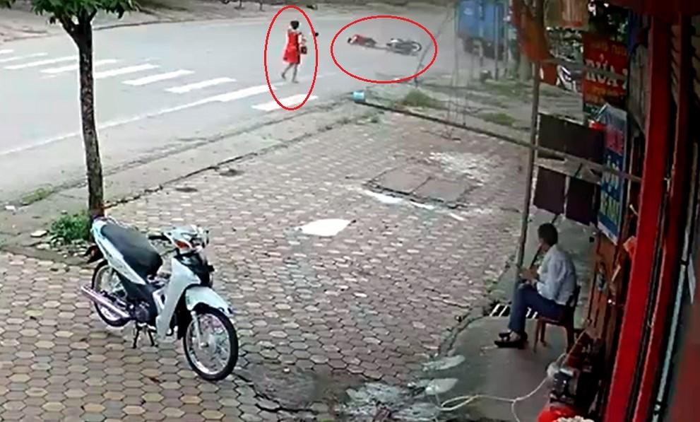 Thanh niên bị ngã sau khi va chạm với người phụ nữ đi bộ trên lòng đường