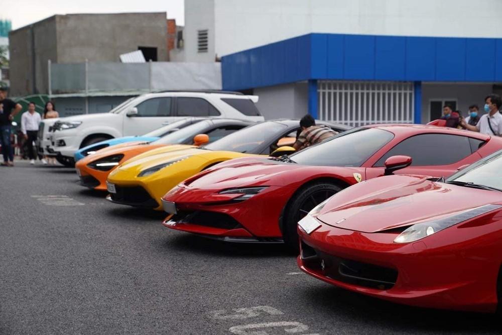 Từ trái sang là 2 chiếc siêu xe McLaren 720S, Ferrari 488 GTB, Ferrari SF90 Stradale và Ferrari 458 Spider