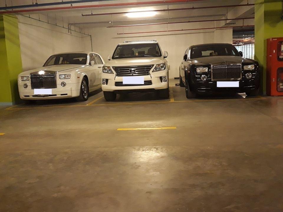 Đây là đáp án khiến không ít người bất ngờ, 1 chiếc SUV hạng sang Lexus LX570 được đỗ giữa 2 chiếc xe siêu sang Rolls-Royce Phantom