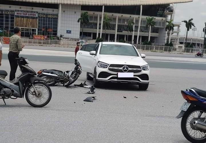 Hiện trường vụ tai nạn của xe máy và Mercedes-Benz GLC 300 4Matic Coupe