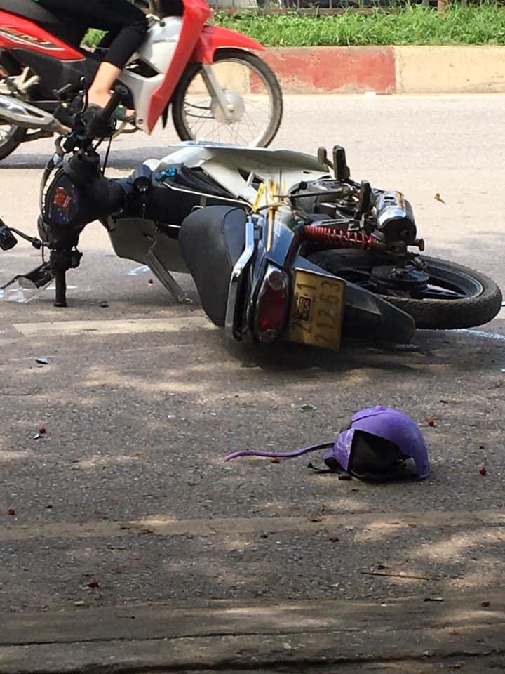 Xe máy và mũ bảo hiểm của nạn nhân