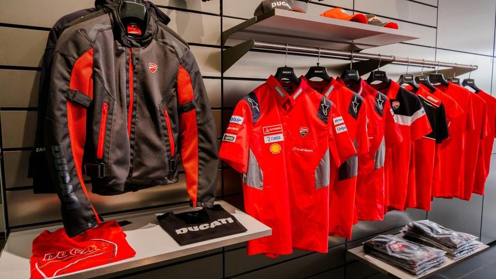 Showroom Ducati tại Hà Nội trưng bày đầy đủ từ thời trang, phụ kiện cho đến các mẫu xe Ducati mới