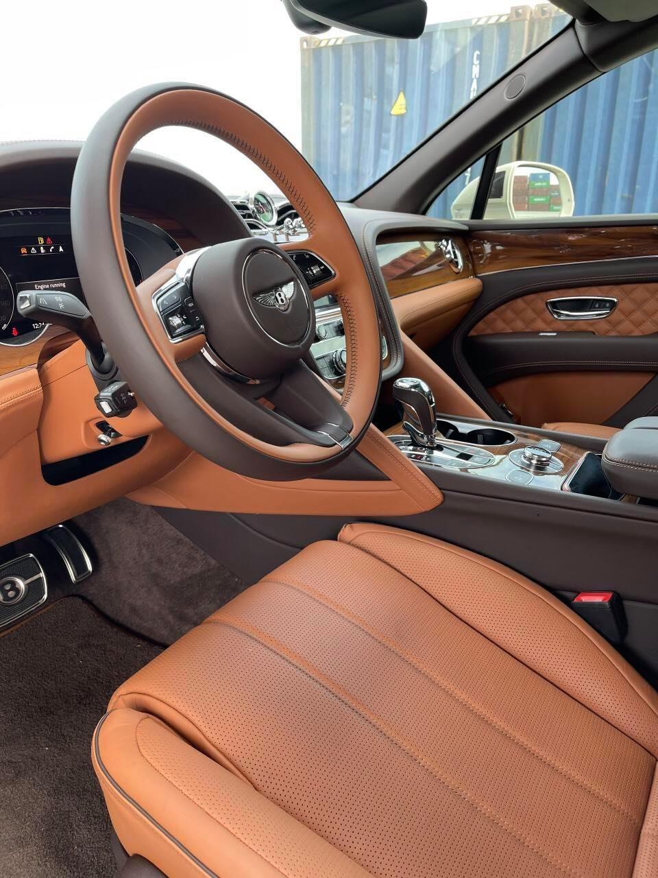 Khoang lái của Bentley Bentayga V8 First Edition