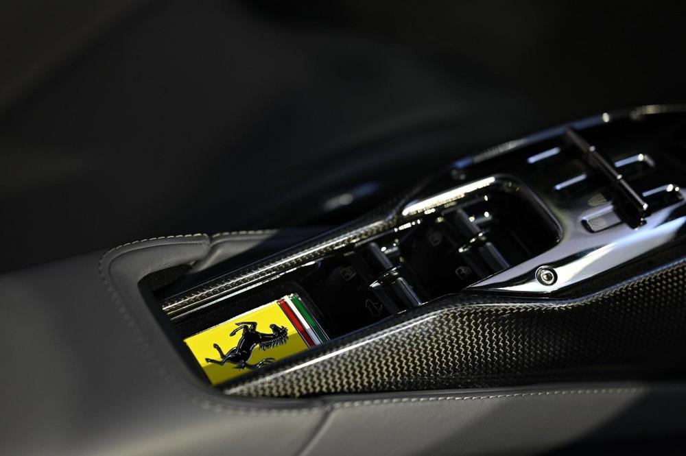 Khe đựng chìa khoá trên siêu xe mui trần Ferrari SF90 Spider