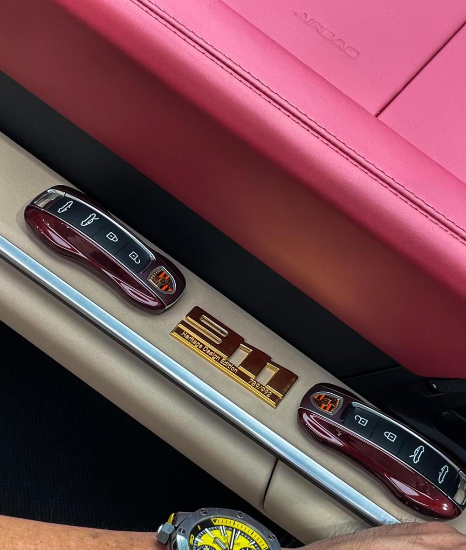 Chìa khoá xe sơn đồng màu ngoại thất và ký hiệu 911 Heritage Design Edition 789/992 bằng vàng