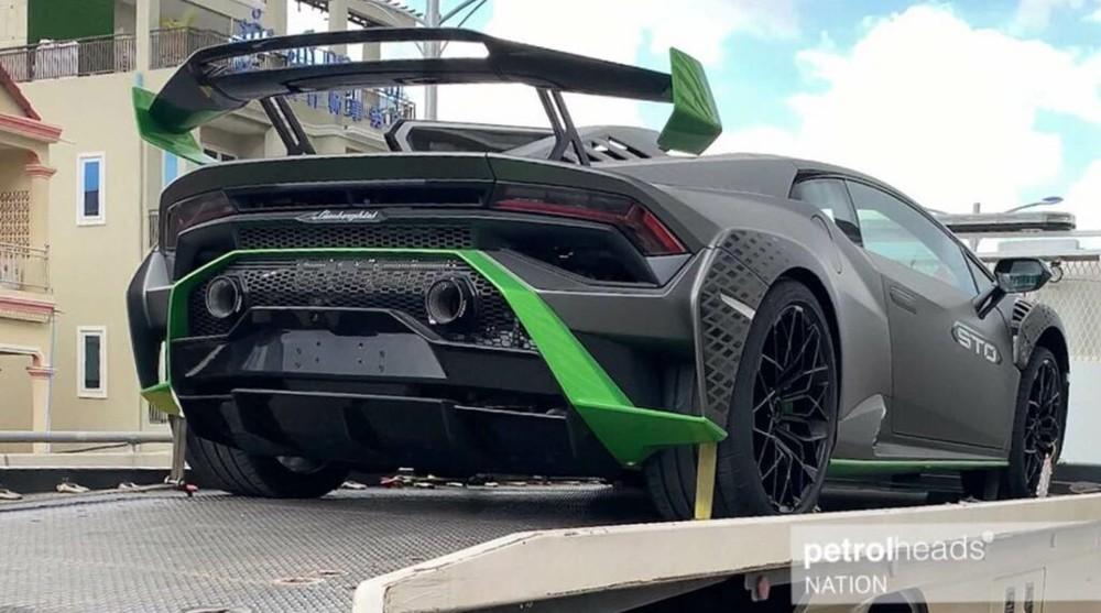 Hình ảnh siêu xe Lamborghini Huracan STO được vận chuyển trên xe cứu hộ tại Campuchia vào chiều qua