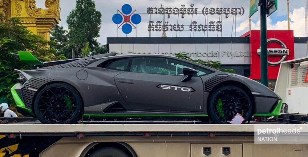 Xe có bộ áo đen nhám hoàn toàn khác biệt so với những xe Lamborghini Huracan STO giới thiệu tại Asean hay trên thế giới trước đó