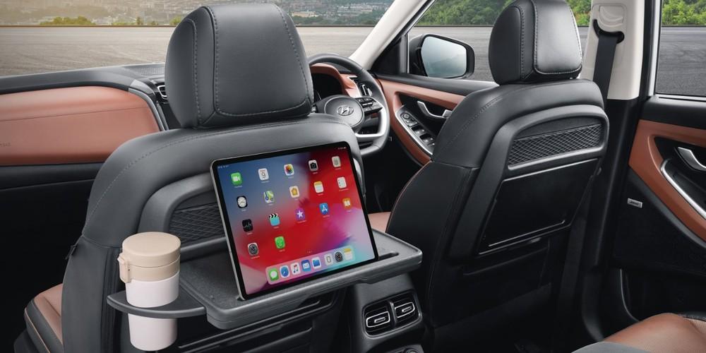 Bàn gấp phía sau lưng ghế trước của Hyundai Alcazar 2021