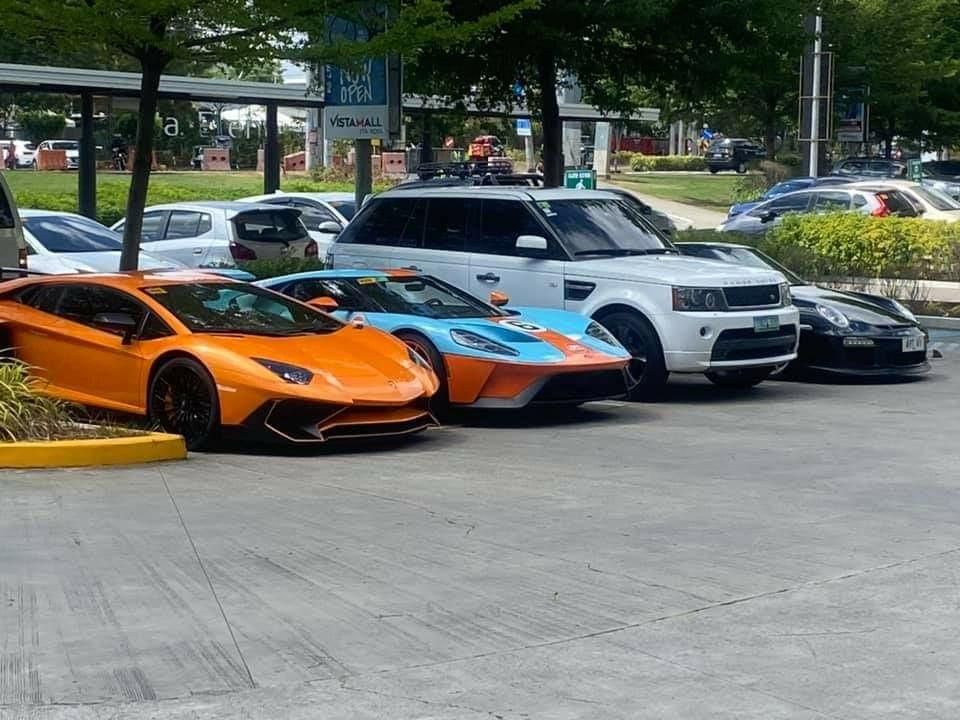 Ford GT Heritage Edition đỗ cạnh chiếc siêu xe Lamborghini Aventador SV sản xuất giới hạn 600 chiếc