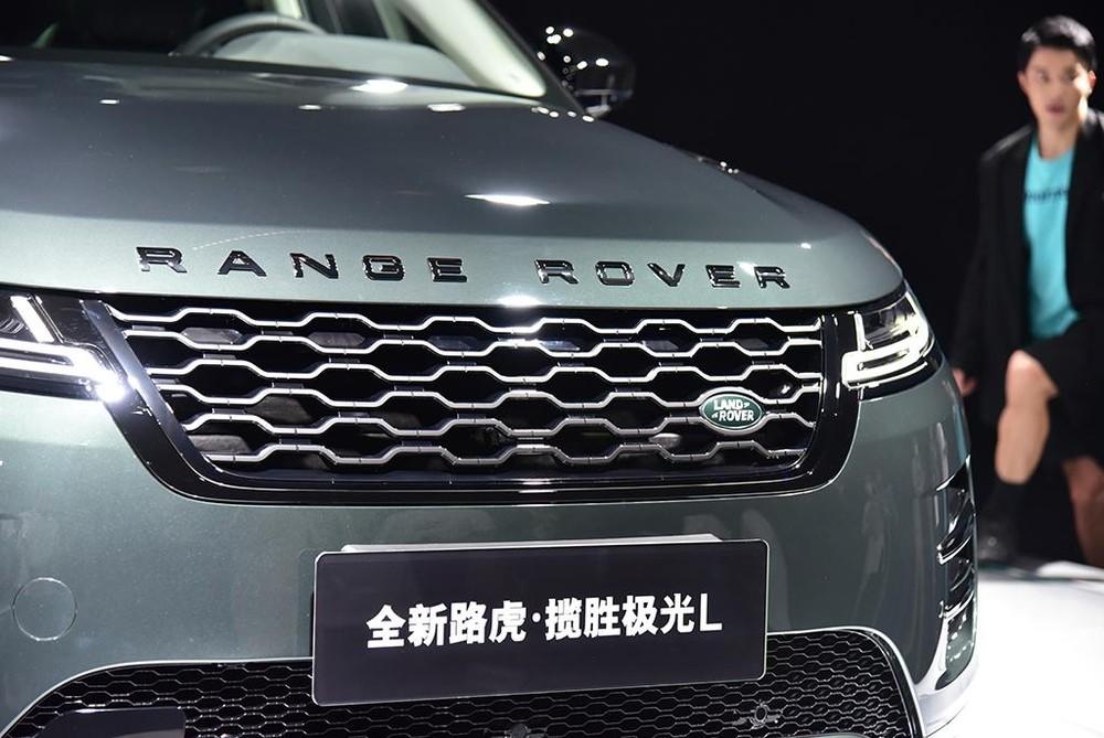 Lưới tản nhiệt của Range Rover Evoque L 2021 lớn hơn bản thường