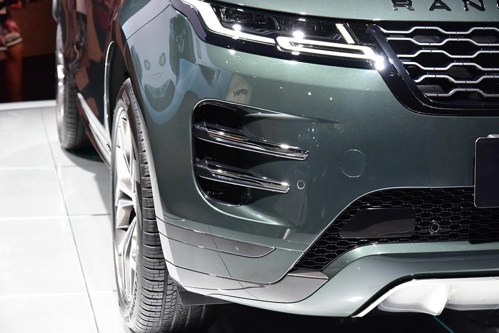 Đèn pha và khe gió hai bên cản trước của Range Rover Evoque L 2021