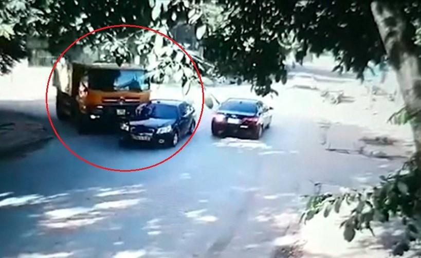 Chiếc ô tô con và xe ben va chạm với nhau tại ngã ba của thành phố Yên Bái