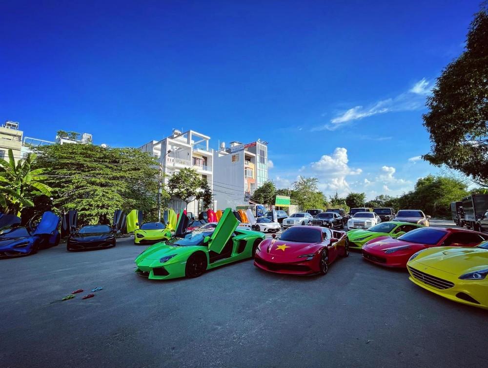Dàn siêu xe hơn 200 tỷ đồng tụ tập cùng nhau tại Sài thành