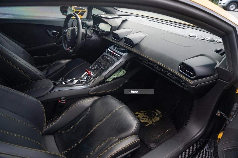 Khoang lái chiếc siêu xe Lamborghini Huracan độ Mansory