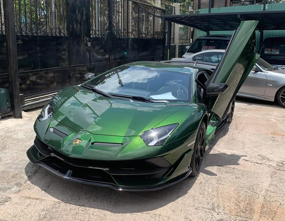 Chiếc siêu xe Lamborghini Aventador SVJ màu xanh lá đậm của đại gia lan đột biến
