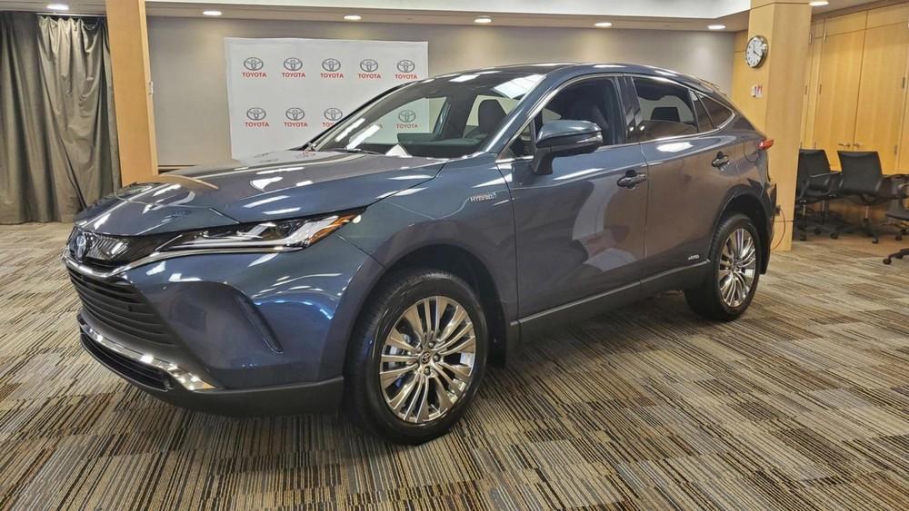 Toyota Venza 2021 về Việt Nam qua đường nhập khẩu tư nhân được chào bán với giá lên tới 3,6 tỷ đồng.