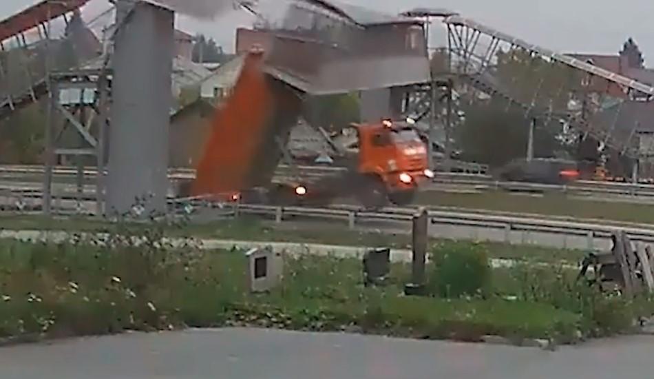 Xe ben không hạ thùng, tông sập cầu vượt đi bộ