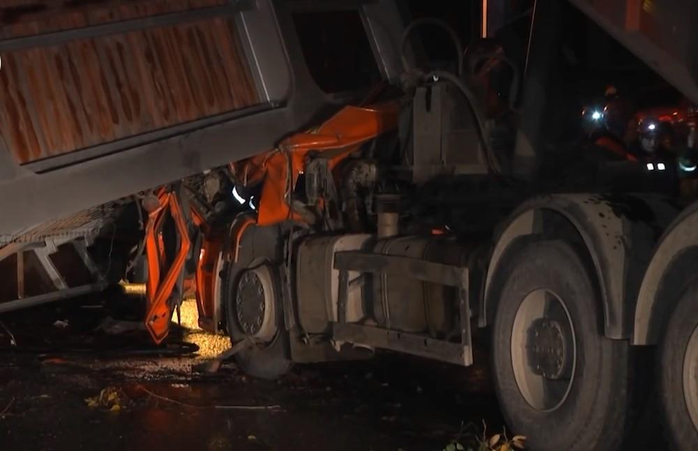 Cabin của chiếc xe ben bị bẹp dúm sau vụ tai nạn